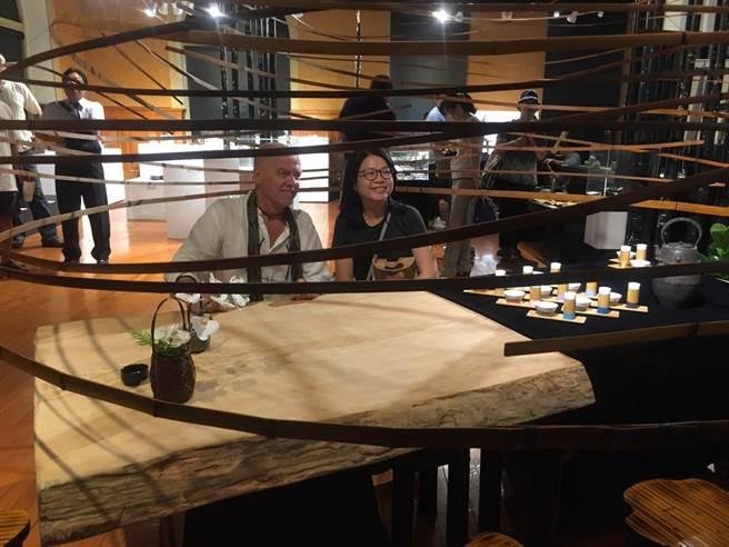 """法國竹藝藝術家羅宏馬丁(Laurent Martin """"Lo"""")(圖左)與民眾一同享受在竹茶頂的氛圍"""
