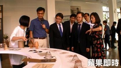 台南市代理市長李孟諺(中)及成大校長蘇慧貞(右)參觀展場