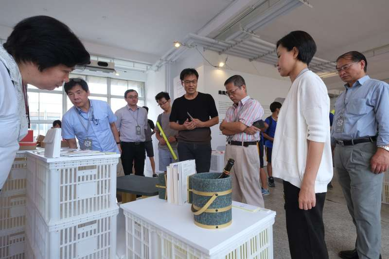 南風館策展人唐草設計的胡佑宗老師針對展品進行導覽