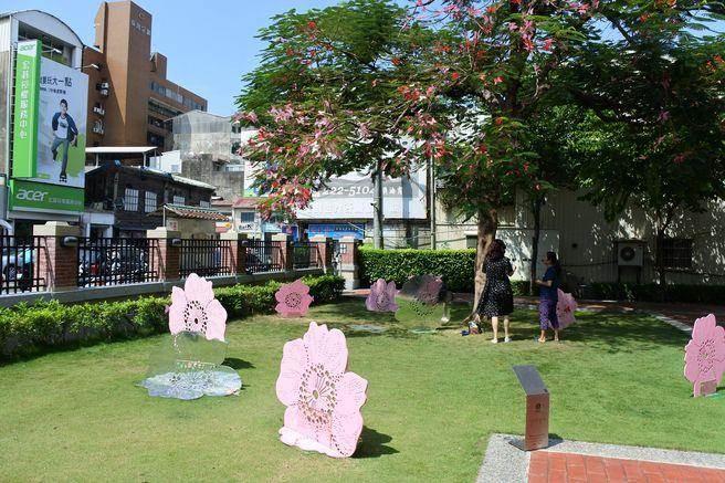古蹟「吳園」裡的老樹上的粉紅是一朵朵蝴蝶!