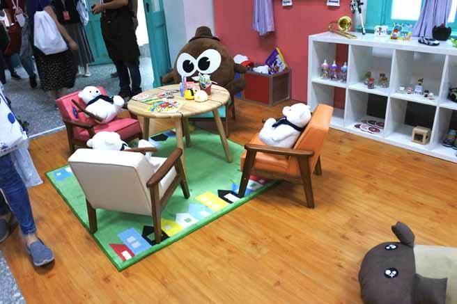 以幸福生活的家庭概念布置出客廳、餐廳、臥室、小孩房等,將遍布台灣各地的觀光工廠產品與特色互相串連。