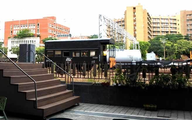 由於鄰近火車站,台南文創園區也成為鐵道迷爭相取景之地!