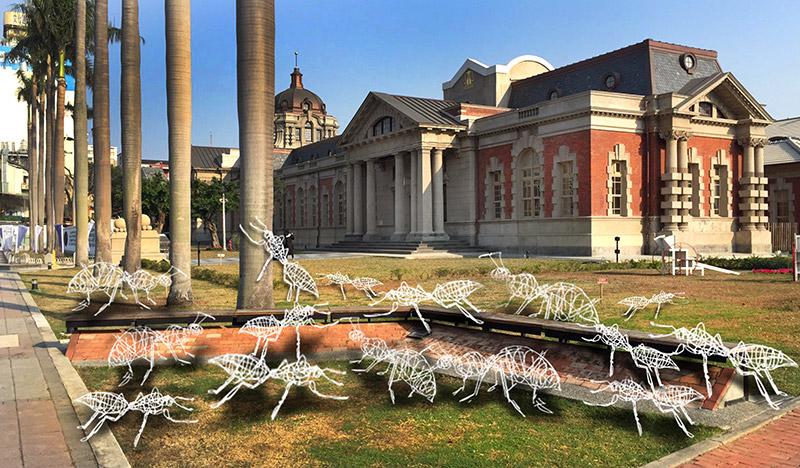 配合台灣設計展,原台南地方法院前出現裝置藝術「一群幸福的螞蟻」