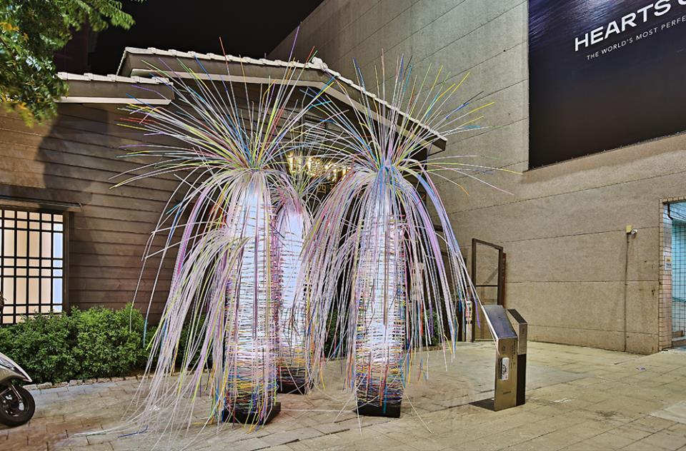 位於藍晒圖文創園區的裝置藝術,以吸管打造而成,日、夜呈現不同面貌。